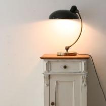 Schreibtischlampe auf Kommode